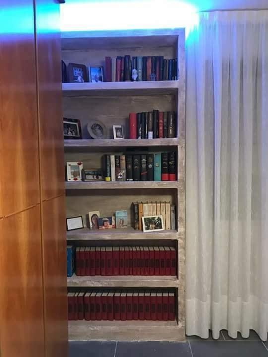libreria-in-cartongesso-decorata-con-stucco-a-calce-effetto-zen