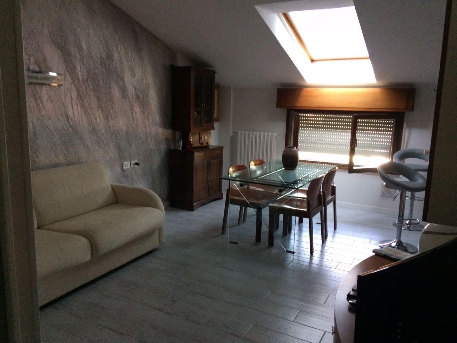 parete-decorata-con-stucco-a-calce-effetto-pietra-spaccata6