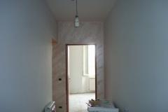 parete-decorata-con-stucco-a-calce-effetto-pietra-spaccata-3